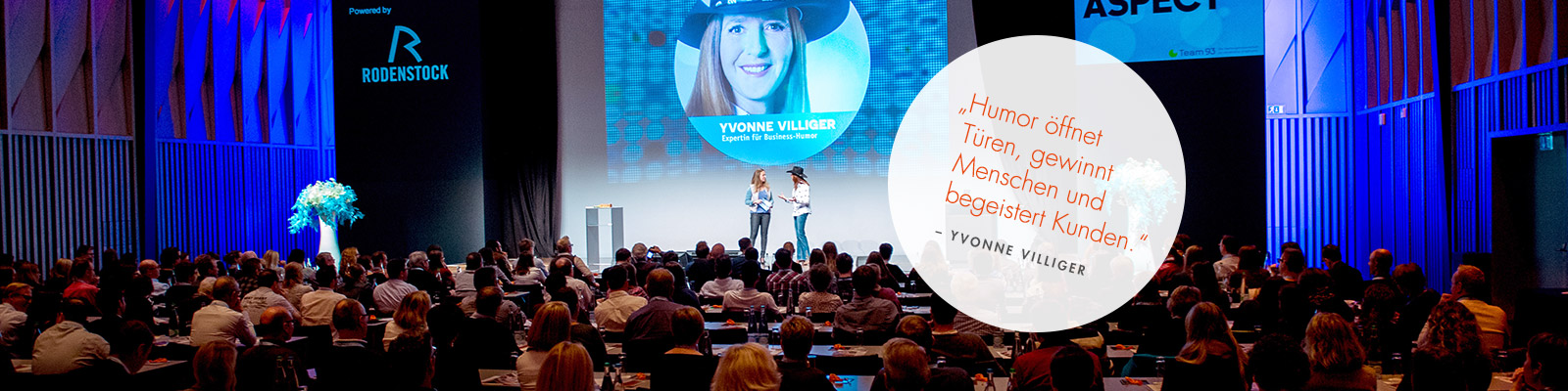 Speakerin Yvonne Villiger auf der Bühne bei Aspect
